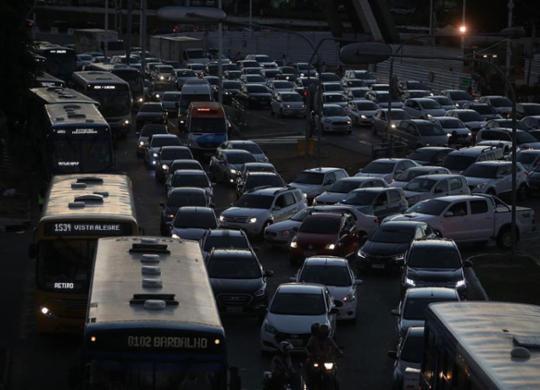 Protestos de motoristas de aplicativo travam trânsito de Salvador | Felipe Iruatã | Ag. A TARDE