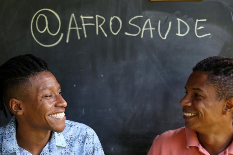 Arthur Lima e Igor Leonardo, membros idealizadores do AfroSaúde, plataforma que conecta profissionais de saúde negros a clientes - Foto: Raphael Müller/ Ag. A Tarde