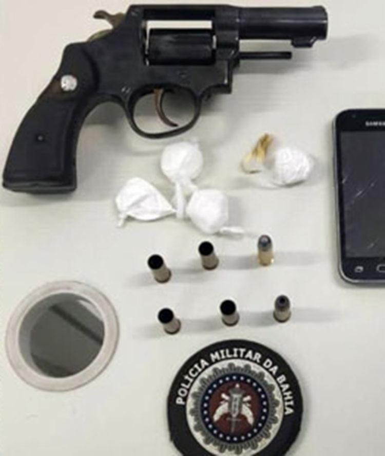 Arma, celular e drogas foram apreendidas na ação   Foto: Divulgação   PM - Foto: Divulgação   PM