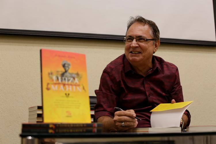 Livro é o nono do escritor, que é membro da Academia de Letras da Bahia | Foto: Raul Spinassé | Ag. A TARDE - Foto: Raul Spinassé | Ag. A TARDE