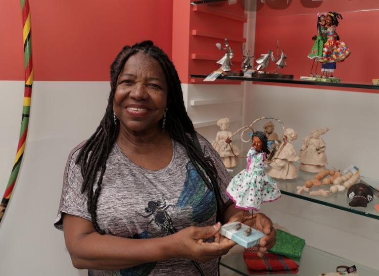 Os bonecos de Edna Baptista mostram cenas cotidianas