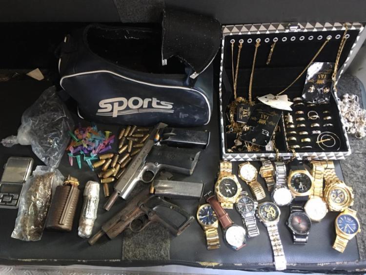 Duas granadas, pistolas, joias e drogas foram apreendidas | Foto: Divulgação - Foto: Divulgação
