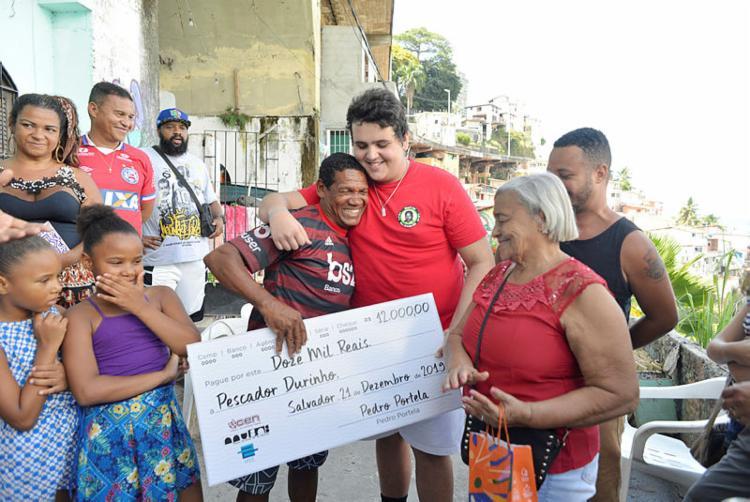 Estudante Pedro Portelo mobilizou uma campanha internacional para realizar doação ao pescador | Foto: Shirley Stolze | Ag A TARDE - Foto: Shirley Stolze | Ag A TARDE