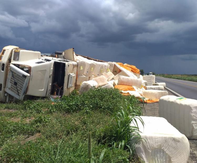 Parte da carga ficou espalhada pela rodovia | Foto: Reprodução | Blog Braga - Foto: Reprodução | Blog Braga
