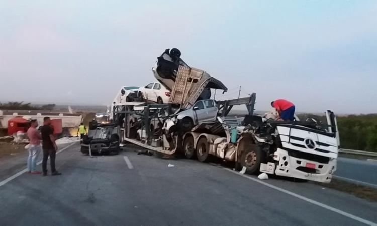 Carros transportados pelo caminhão foram danificados | Foto: Reprodução | Redes Sociais - Foto: Reprodução | Redes Sociais