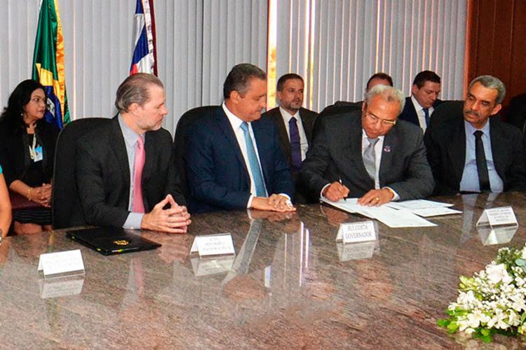 Ministro Dias Toffoli, governador Rui Costa e desembargador Augusto de Lima Bispo assinam termo - Foto: Divulgação | TJ-BA