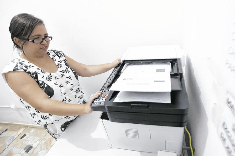 Thamiris trabalha na área administrativa e está decidida a entrar na faculdade   Foto: Felipe Iruatã   Ag. A TARDE - Foto: Felipe Iruatã   Ag. A TARDE