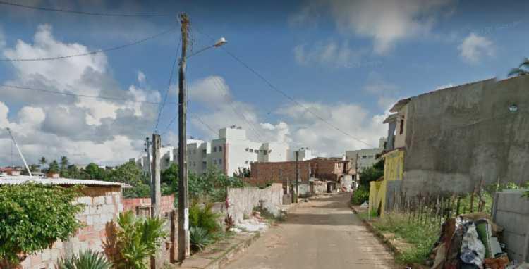 Vítima estava na rua quando foi atingida por tiros | Foto: Reprodução | Google Street View - Foto: Reprodução | Google Street View