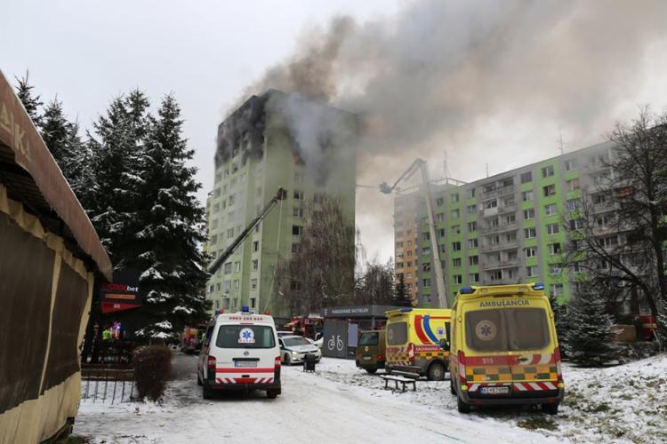 Os bombeiros levaram os moradores do prédio para uma escola próxima | Foto: HO | Slovak Police | AFP - Foto: HO | Slovak Police | AFP