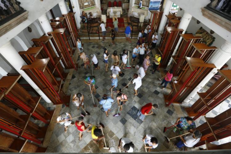 Lavagem do templo fez parte da programação da festa | Foto: Rafael Martins | Ag. A TARDE