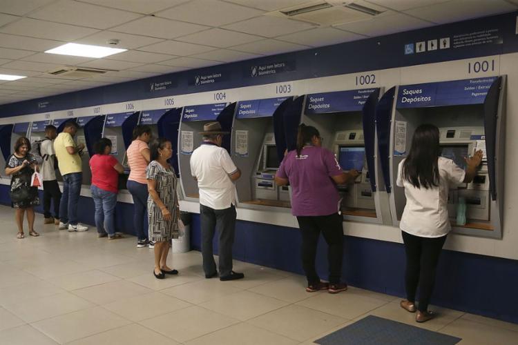 Medida vale para contas com saldo de até um salário mínimo | Foto: José Cruz | Ag. Brasil - Foto: José Cruz | Ag. Brasil