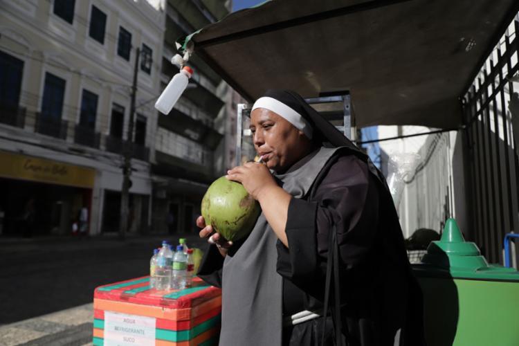 Irmã Caridade ameniza o calor com água de coco | Foto: Uendel Galter | Ag. A TARDE - Foto: Uendel Galter | Ag. A TARDE