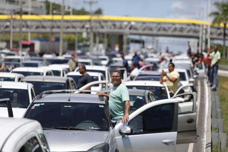 O principal ponto de retenção foi realizado na Av. Tancredo Neves | Foto: Raul Spinassé | Ag. A TARDE - Foto: Raul Spinassé | Ag. A TARDE