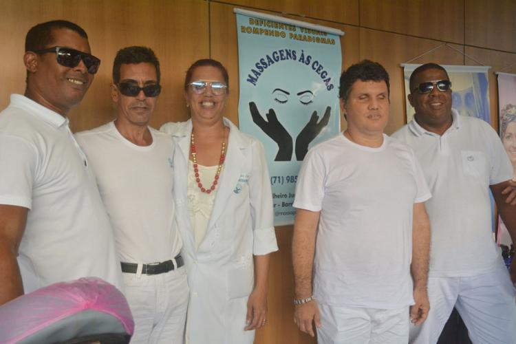 Cláudia Lima, com integrantes do Massagem às Cegas   Foto: Levi Vasconcelos   Ag. A TARDE - Foto: Levi Vasconcelos   Ag. A TARDE
