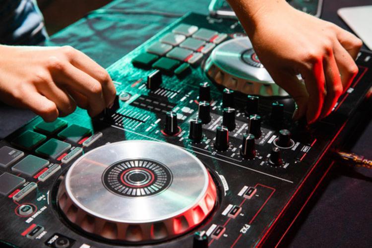 DJs, cantores e profissionais do teatro não poderão ser MEI a partir de janeiro | Foto: Divulgação | Freepik - Foto: Divulgação | Freepik
