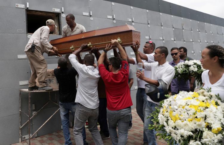 Os corpos de Sàvio da Silva Dias e Daniel Santos da Silva foram enterrados no cemitério do Campo Santo | Foto: Uendel Galter | Ag. A TARDE - Foto: Uendel Galter | Ag. A TARDE