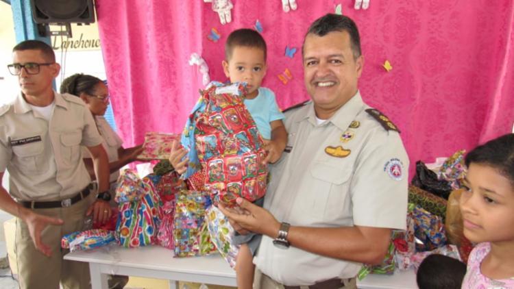 A ação doou mais de 200 itens e antecipou o natal para crianças de instituições carentes | Foto: Divulgação | SSP-BA - Foto: Divulgação | SSP-BA