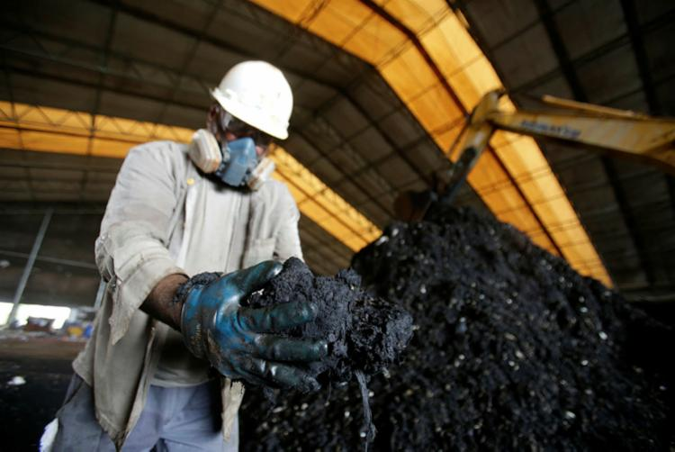 Cinzas resultantes da queima do óleo serão incorporadas ao cimento   Foto: Raul Spinassé   Ag. A TARDE - Foto: Raul Spinassé   Ag. A TARDE