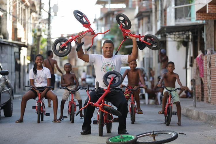 Edivan Cruz reforma e doa bikes a crianças na periferia de Salvador | Foto: Raul Spinassé | Ag. A TARDE - Foto: Raul Spinassé | Ag. A TARDE