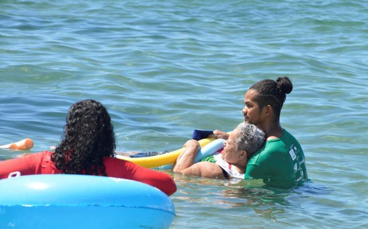 Ação promove banho de mar para pessoas com mobilidade reduzida | Foto: Shirley Stolze | Ag. A TARDE - Foto: Shirley Stolze | Ag. A TARDE