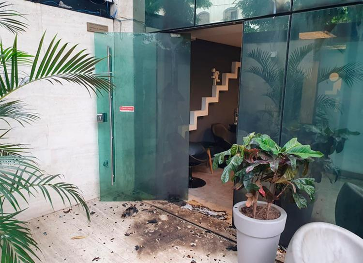 Artefatos explosivos foram lançados contra a fachada do imóvel onde funciona a produtora   Foto: Reprodução   TV Globo - Foto: Reprodução   TV Globo