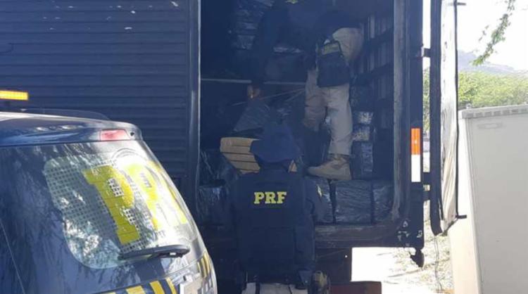 Droga estava embalada em pacotes no compartimento de carga de um caminhão   Foto: Divulgação - Foto: Divulgação
