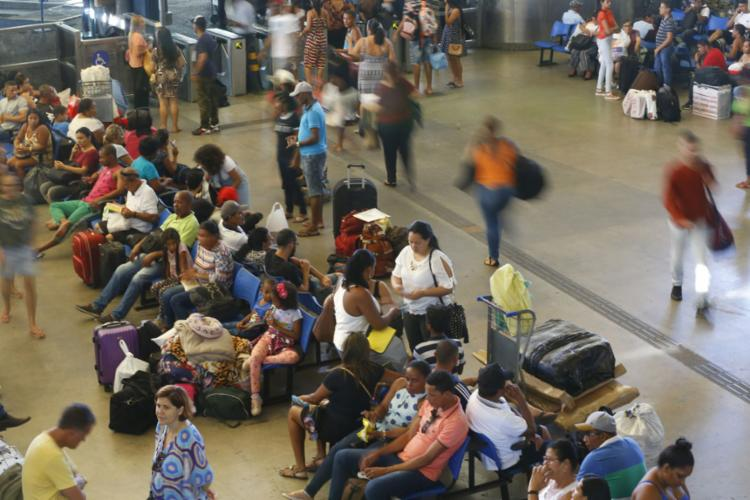 Rodoviária de Salvador está em clima de fim de ano com maior número de passageiros - Foto: Rafael Martins | Ag. A TARDE