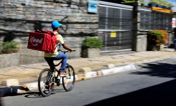 O trio foi preso horas depois de roubar mais um motociclista que realizava o serviço de entrega por aplicativo | Foto: Joá Souza | Ag. A TARDE - Foto: Joá Souza | Ag. A TARDE