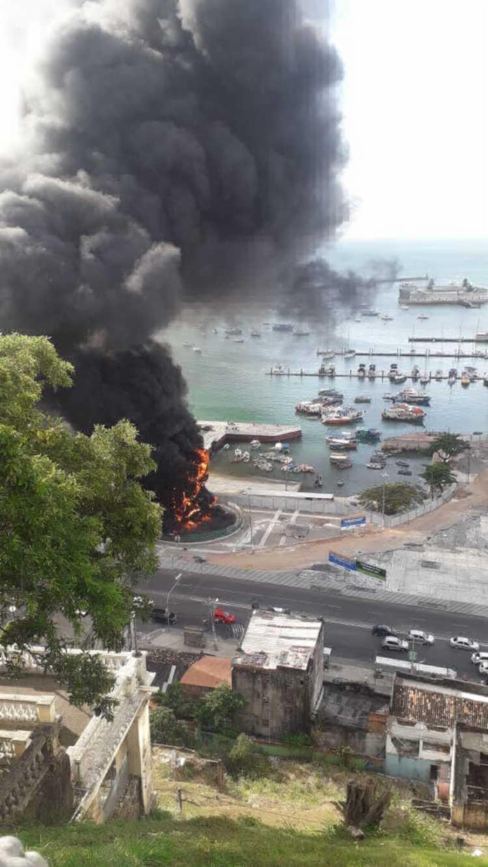 Monumento foi atingido por chamas por volta das 15h45 | Foto: Cidadão Repórter | Via WhatsApp - Foto: Cidadão Repórter | Via WhatsApp