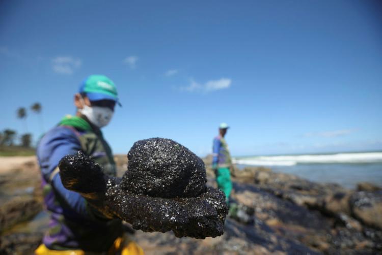 Pelotas de óleo atingiram várias praias nordestinas | Foto: Felipe Iruatã | Ag. A TARDE - Foto: Felipe Iruatã | Ag. A TARDE
