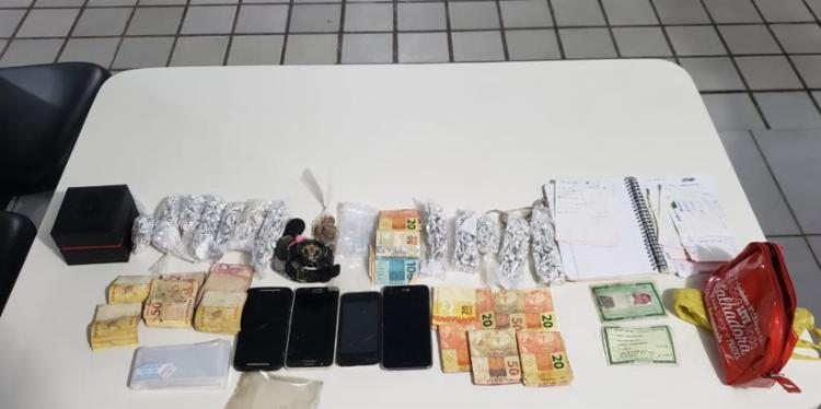 Foram apreendidos 602 porções de crack, quatro aparelhos celulares e cerca de R$ 2 mil | Foto: Divulgação | SSP - Foto: Divulgação | SSP