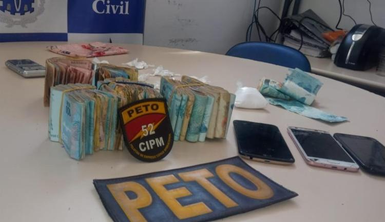 Dinheiro, celulares e drogas foram apreendidos na ação   Divulgação   SSP - Foto: Divulgação   SSP