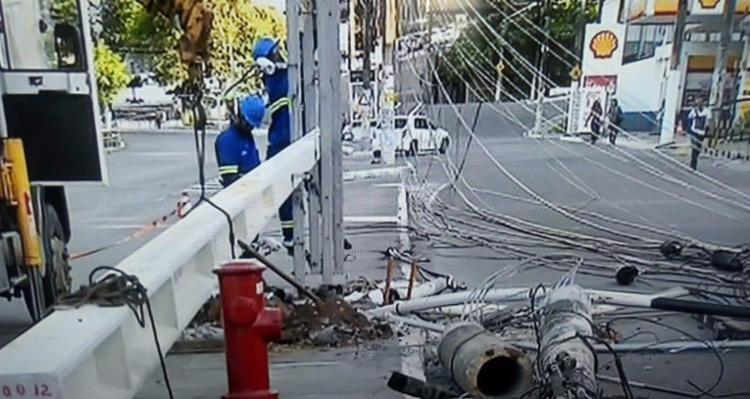 Via marginal está interditada por conta do equipamento   Foto: Reprodução   TV Bahia - Foto: Reprodução   TV Bahia