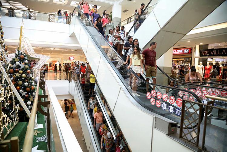 Os presentes mais procurados, dentre muitos, foram itens de moda masculina, brinquedos, perfumes e calçados | Foto: Felipe Iruatã | Ag A Tarde - Foto: Foto: Felipe Iruatã | Ag A Tarde