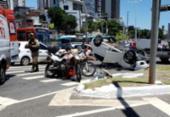 Carro capota após batida e deixa trânsito lento na região da Lucaia | Foto: Cidadão Repórter | Via WhatsApp