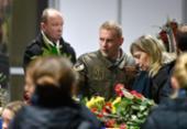 Corpos de vítimas de acidente aéreo no Irã são recebidos com emoção no aeroporto de Kiev | Foto: Sergei Supinsky | AFP