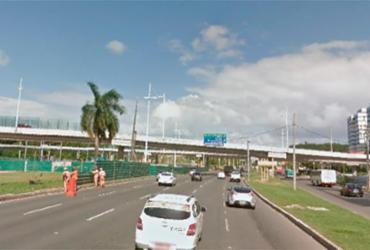 Acidente entre moto e carro deixa uma pessoa ferida na avenida Paralela | Reprodução | Google Street View