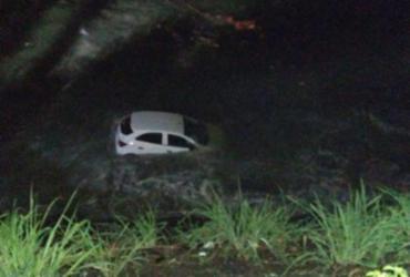 Mulher fica ferida após carro despencar de pedreira em praia | Reprodução | Fabio Roberto Notícias