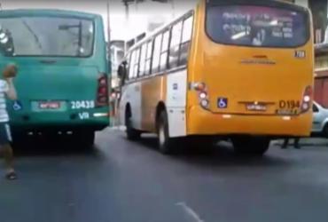 Assaltantes fazem arrastões em coletivos e bloqueiam rua em São Caetano | Reprodução | TV Bahia