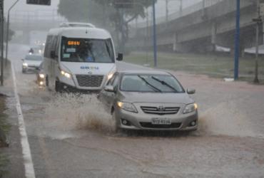 Chuva causa alagamentos e queda de árvores em pontos de Salvador | Raul Spinassé | Ag. A TARDE