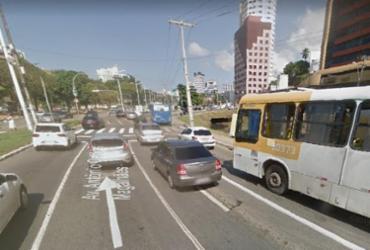 Guindaste quebrado deixa trânsito lento na avenida ACM | Reprodução | Google Street View