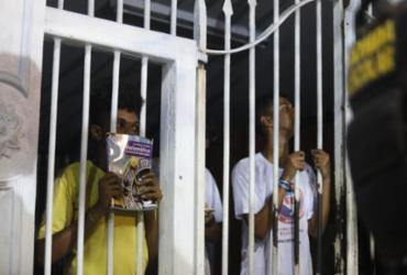Após ocupação, estudantes deixam Colégio Odorico Tavares durante a madrugada | Felipe Iruatã | Ag. A TARDE