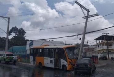 Ônibus colide em poste e veículo em Paripe | Divulgação | Transalvador