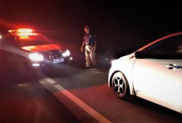 Motorista embriagado é preso dormindo dentro de carro no acostamento | Divulgação | PRF-BA