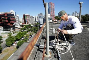 Artista prepara edifício de A TARDE para receber painel | Raul Spinassé | Ag. A TARDE