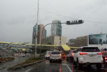 Falta de energia desativa semáforos na avenida Tancredo Neves | Jaqueline Suzarte | Ag. A TARDE