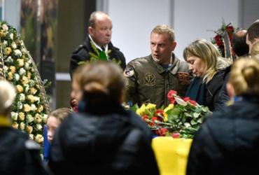 Corpos de vítimas de acidente aéreo no Irã são recebidos com emoção no aeroporto de Kiev | Sergei Supinsky | AFP