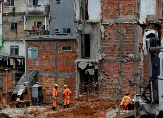 Continuam trabalhos de demolição de imóveis no bairro de Narandiba | Raul Spinassé | Ag. A TARDE