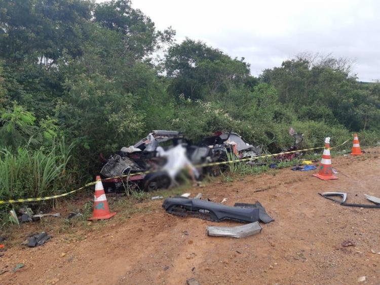 Carro ficou destruído com o impacto e foi arremessado para o acostamento | Foto: Divulgação | PRF - Foto: Divulgação | PRF