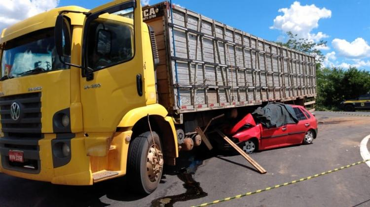Com o impacto da colisão, o carro parou embaixo do caminhão | Foto: Reprodução | Gazeta 5 - Foto: Reprodução | Gazeta 5